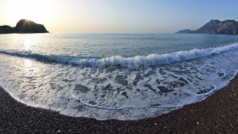 Vague de mousse sur la plage ? l'aube photographie stock