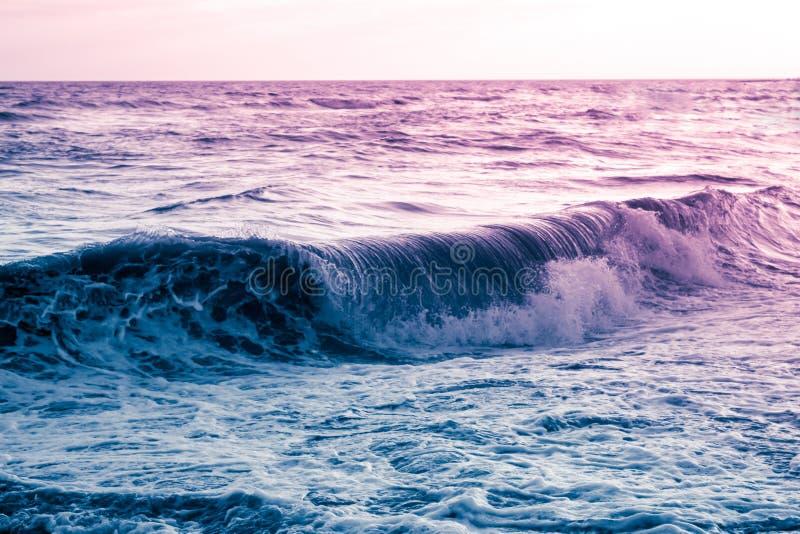 Vague de roulement pourpre bleue, un paysage marin surréaliste photographie stock libre de droits