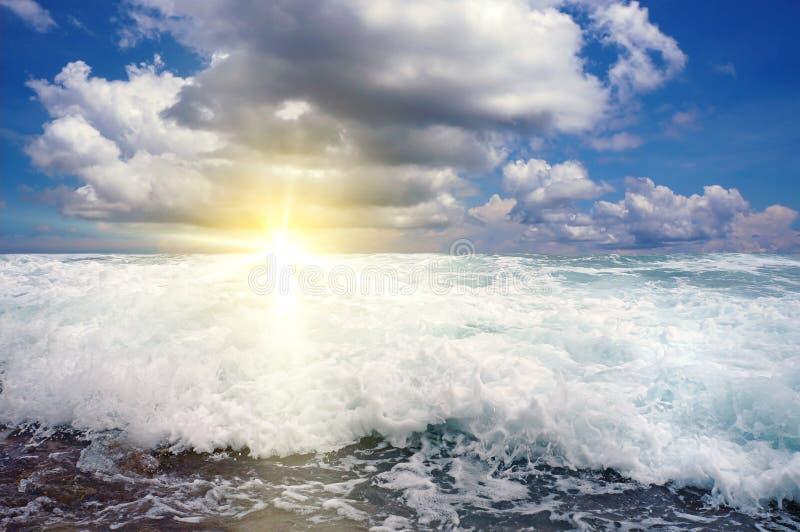 Vague de rupture avec la lumière de coucher du soleil photographie stock libre de droits