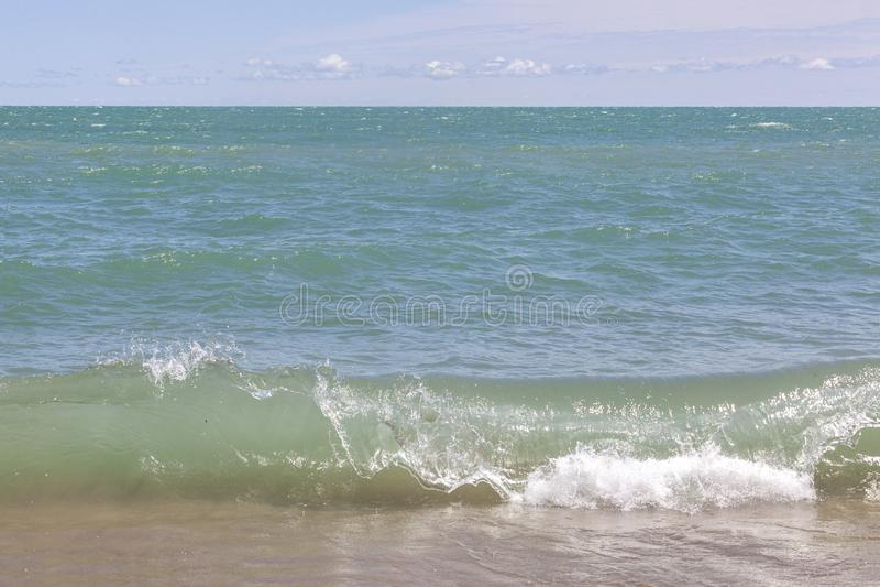 Vague du lac Michigan se brisant pour étayer photographie stock
