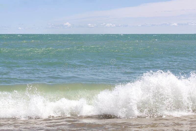 Vague du lac Michigan se brisant pour étayer images stock