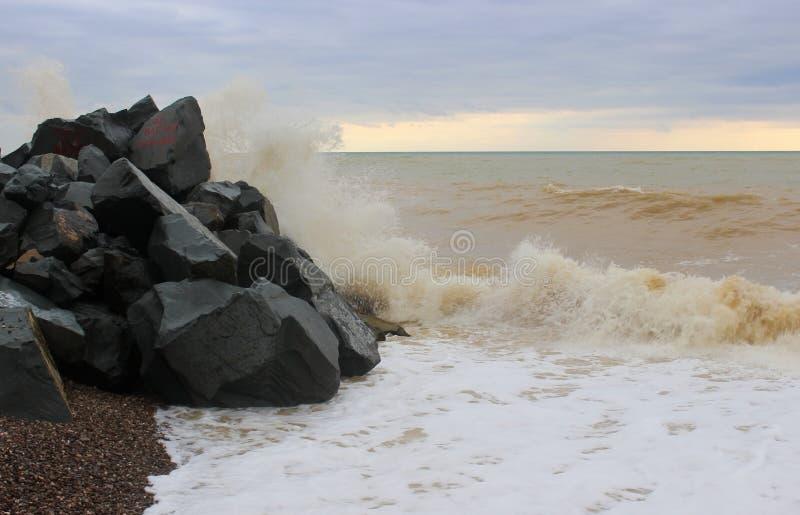 Vague et pierres de mer images stock