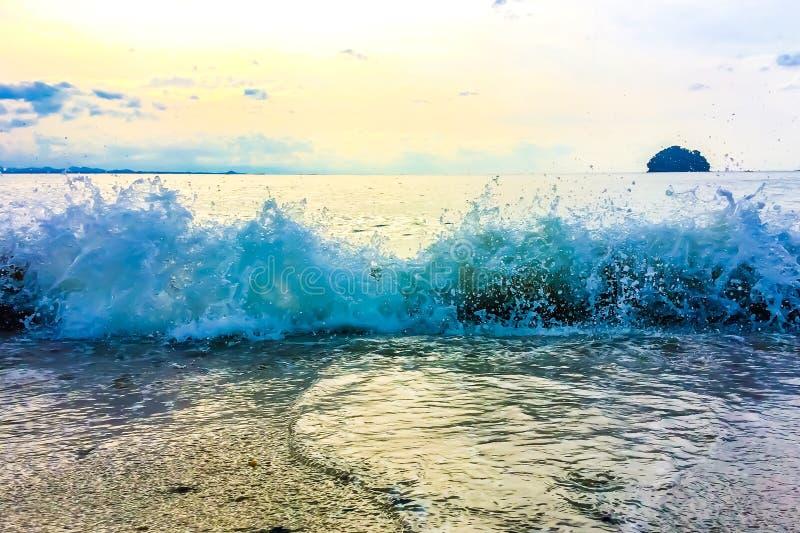 Vague et une île photo libre de droits