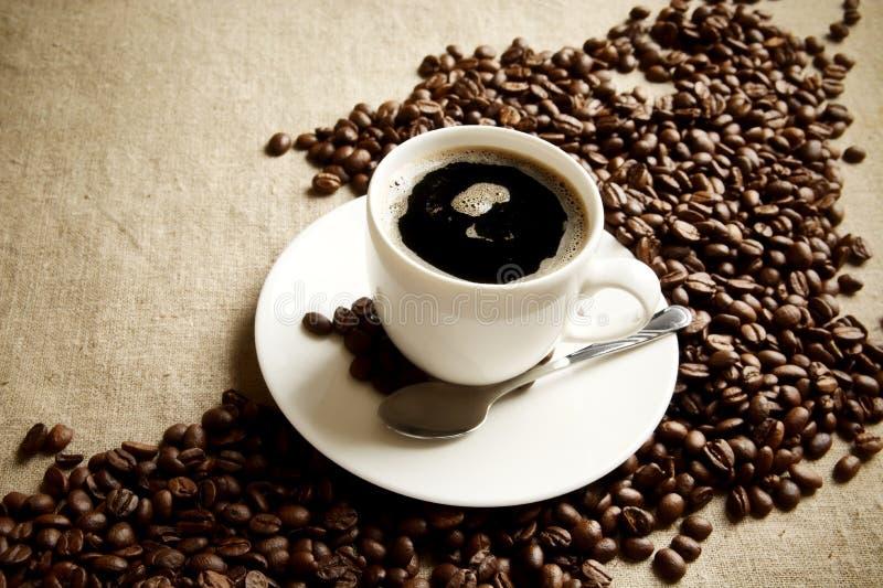 Download Vague Faite De Grains De Café Avec La Tasse De Café écumeux Photo stock - Image du brun, atmosphère: 56483396