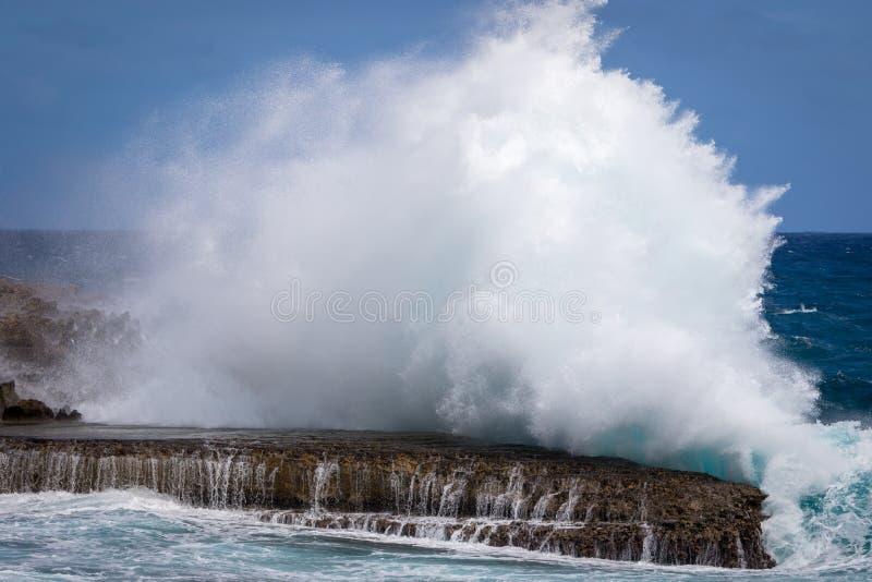 Vague géante se cassant aux roches au ` Enfer du Moule, Guadeloupe de Porte d photo stock