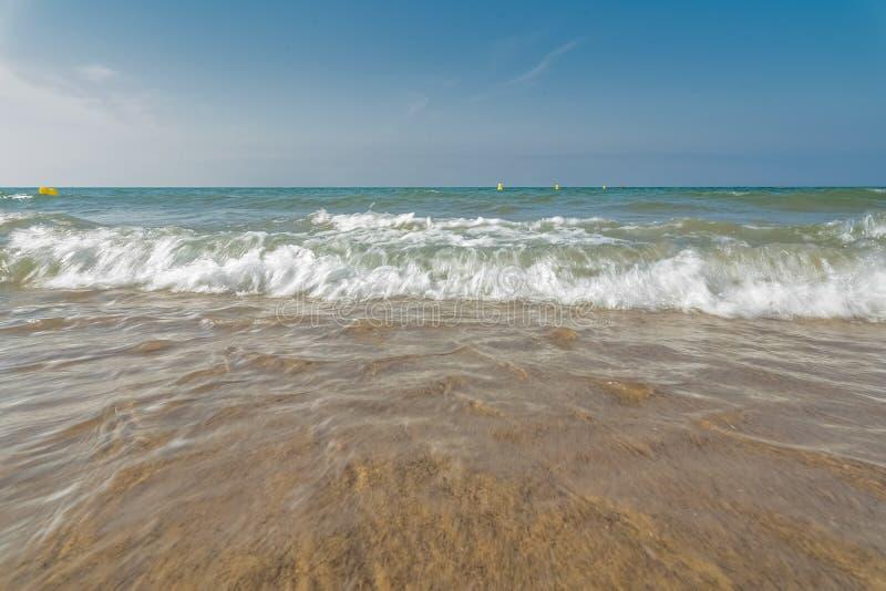 Vague molle de plage sablonneuse de mer bleue Fond photographie stock libre de droits