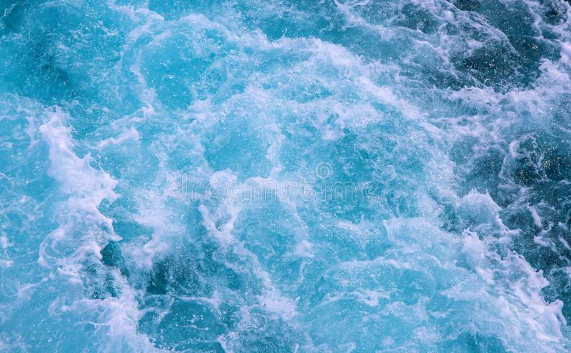 Vague mousseuse blanche de traînée de bateau Voyage en mer tropical Texture océanique de l'eau Traînée d'eau de mer de revêtement photo stock