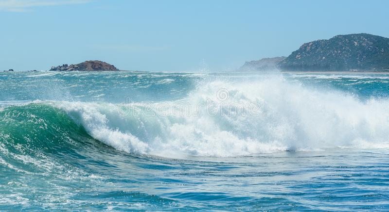 Vague ?norme sur la mer bleue image stock