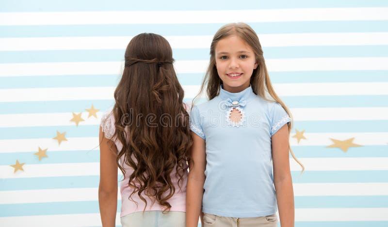 Vague ou permanente de cheveux vague ou permanente de cheveux pour la brune et la petite fille blonde petits enfants de fille au  photographie stock