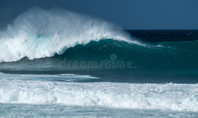 Vague puissante de Banzai Pipeline photographie stock libre de droits