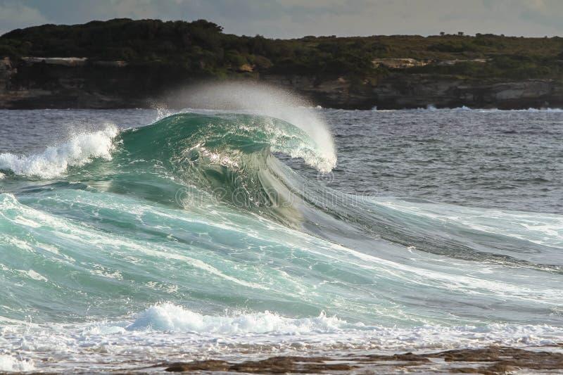 Vague puissante se brisante de ressac à la plage images stock