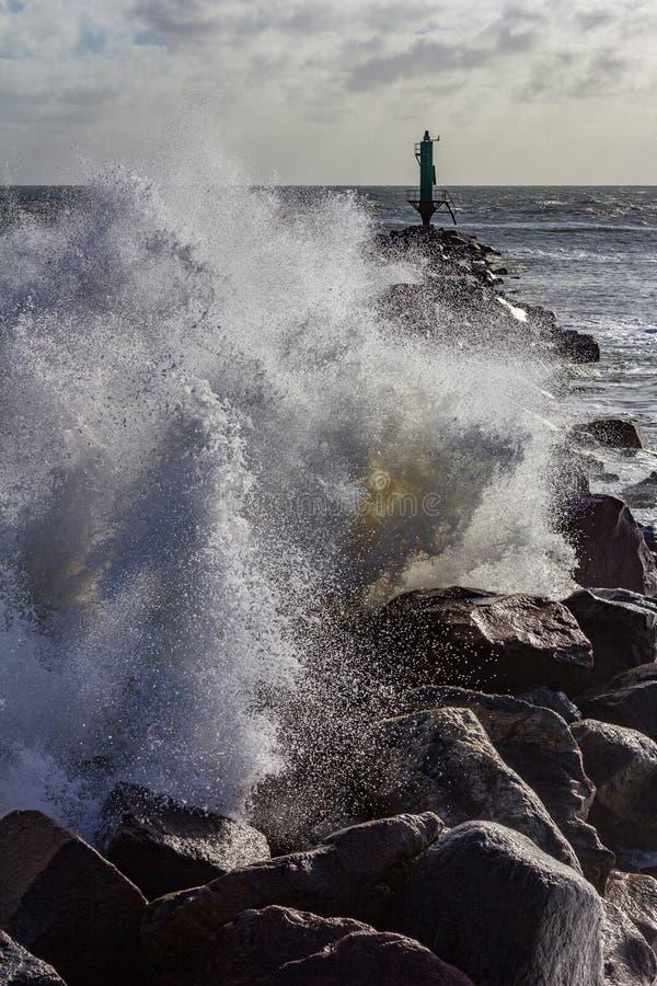 Vague se brisant au-dessus d'une jetée Ramsgate, Angleterre de roche images libres de droits
