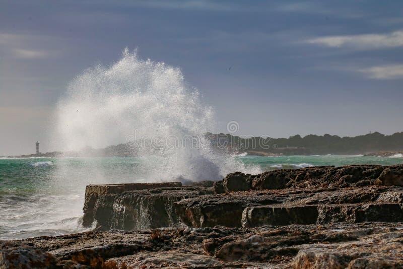 Vague se brisant aux roches photographie stock libre de droits