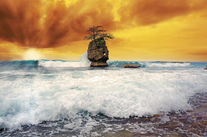 Vague se brisant avec le coucher du soleil apocalyptique photographie stock
