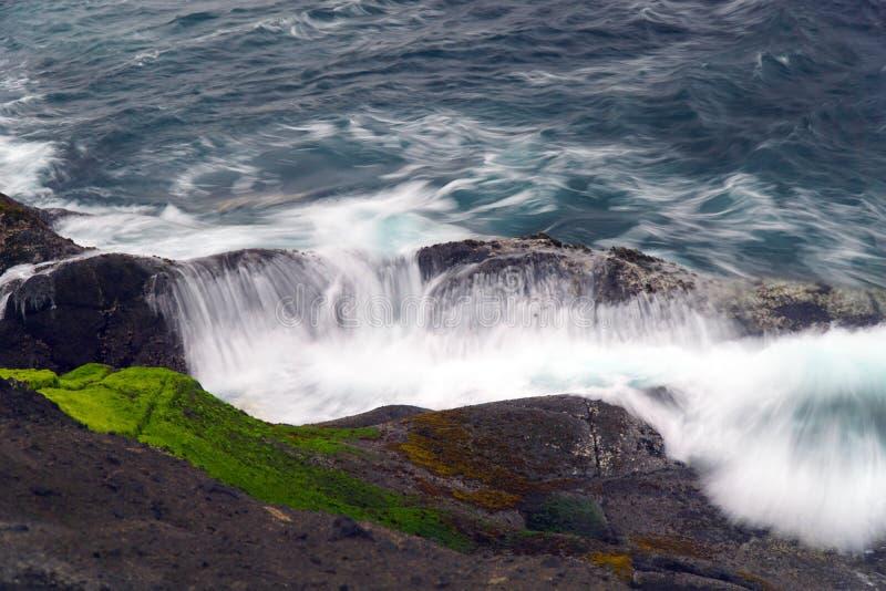 Vague se brisante sur la roche Orégon de pêche photos stock