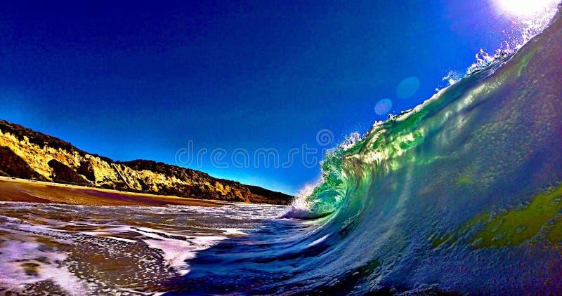 Vague se cassant sur la côte photos libres de droits