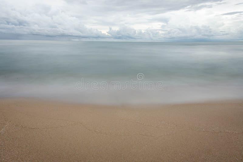 Vague sur la plage photographie stock libre de droits