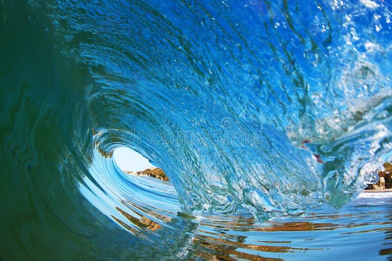Vague surfante tubulaire se cassant près du rivage en Californie image stock