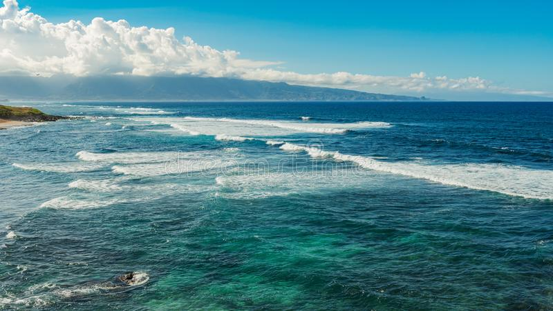 Vagues à la plage Maui Hawaï de hookipa images libres de droits