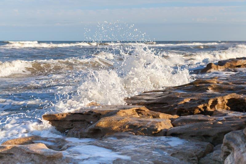Écrasement des vagues photo libre de droits