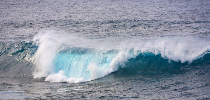 Vagues énormes dans l'océan près de la visibilité directe photographie stock libre de droits