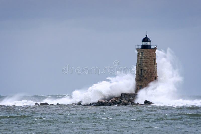 Vagues énormes se brisant autour de la tour en pierre de phare dans Maine photographie stock libre de droits