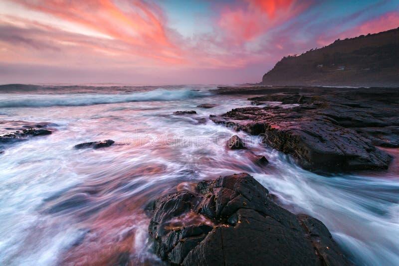 Vagues côtières déprimées et ciel épique de plage de Garie images stock