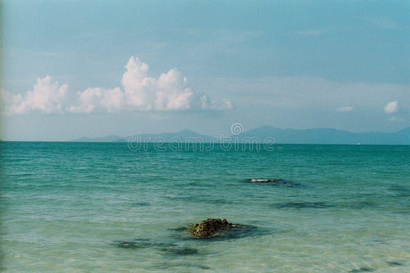 Vagues claires de bleu photographie stock