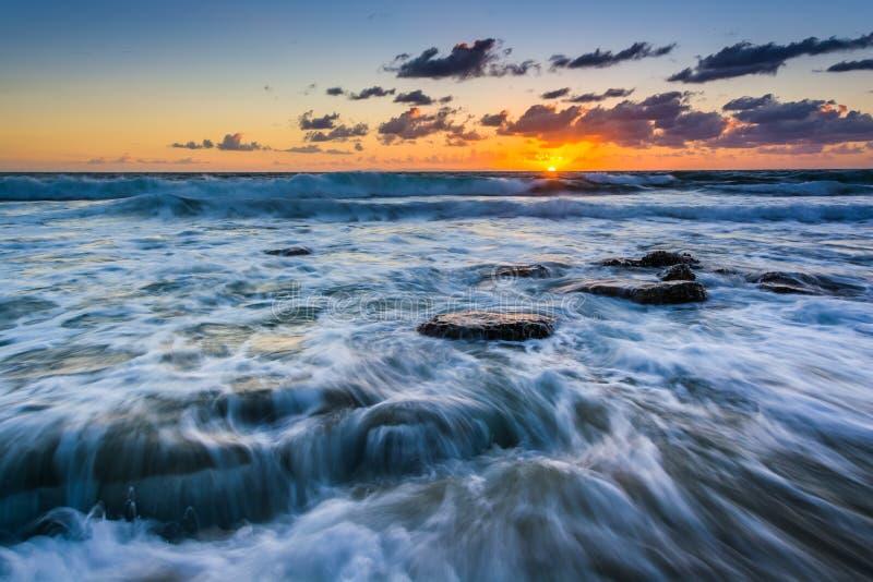 Vagues dans l'océan pacifique au coucher du soleil, dans le Laguna Beach photographie stock