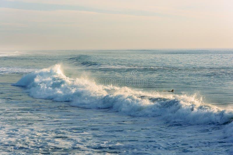 Vagues dans l'océan pacifique, en plage impériale, la Californie images stock