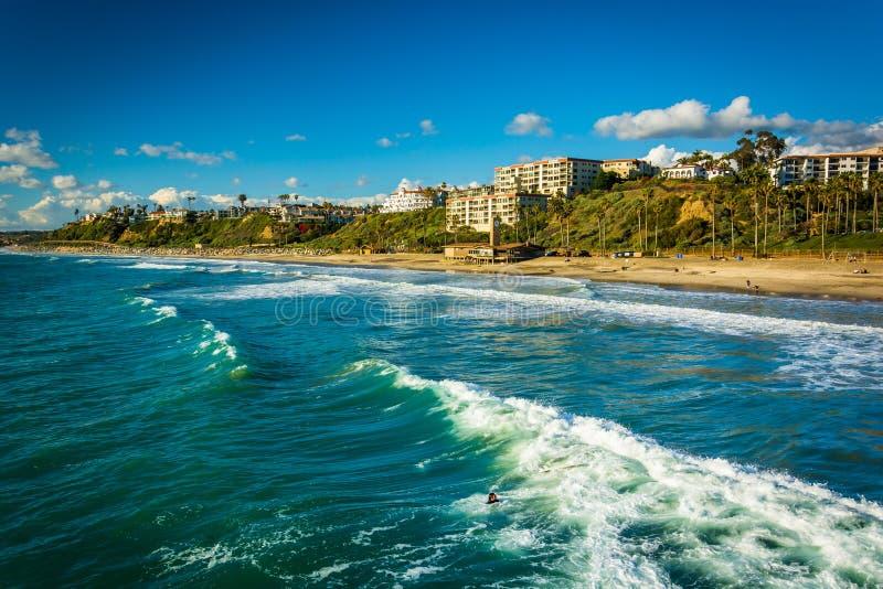 Vagues dans l'océan pacifique et la vue de la plage à San Clemente photo stock