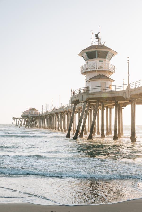 Vagues dans l'océan pacifique et le pilier dans le Huntington Beach, Comté d'Orange, la Californie image stock