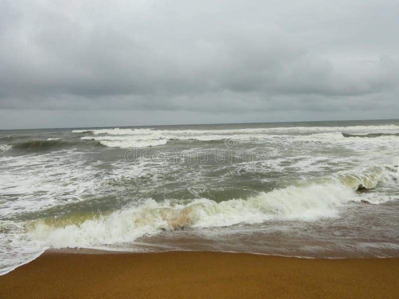 vagues de mer et de ciel nuageux photos libres de droits