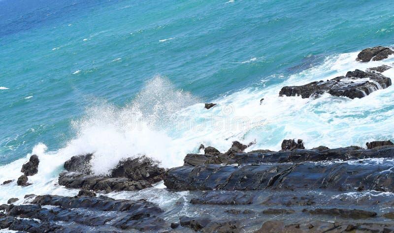 Vagues de mer frappant et se cassant sur des roches - Port Blair, îles d'Adnaman Nicobar, Inde photographie stock