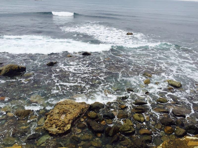 Vagues de mer se brisant sur des roches photo stock