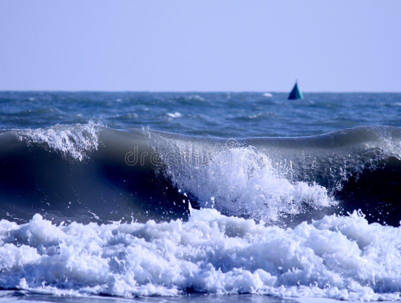 Vagues de mer venant sur la côte photo stock