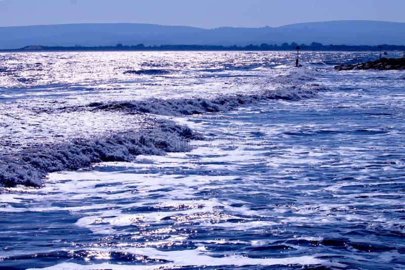 Vagues de mer venant sur la côte images libres de droits