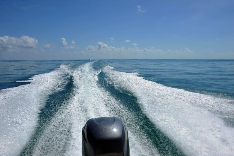 Vagues de moteur sur l'eau photo stock