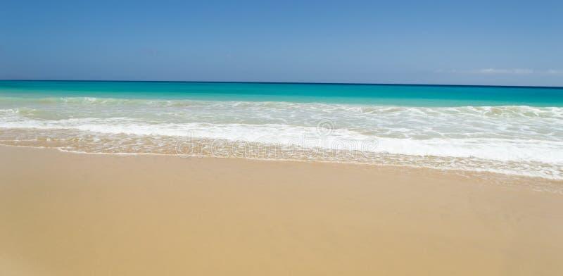 Vagues de plage et d'océan à Fuerteventura photographie stock libre de droits