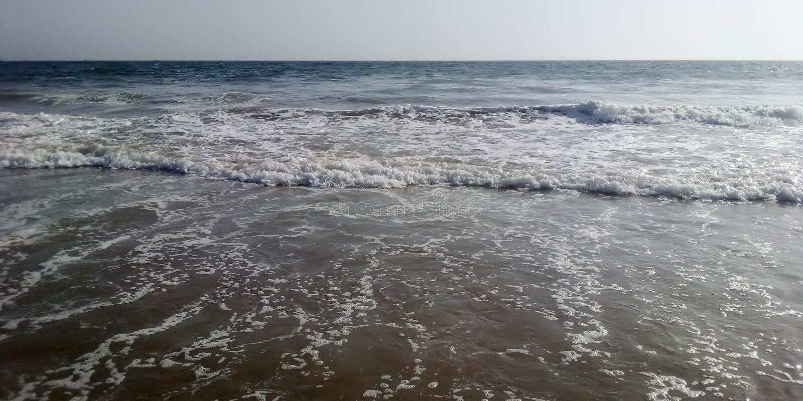 Vagues de ressacs de Karachi de plage de Manora photos stock