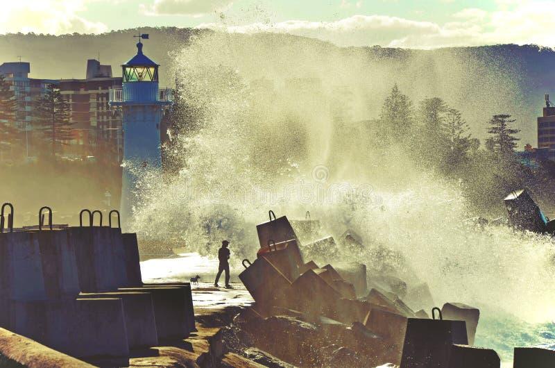 Vagues de rupture au-dessus de phare de Wollongong photos stock