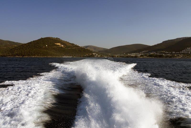 Vagues en mer provoquée par le moteur et la vitesse du canot automobile image stock