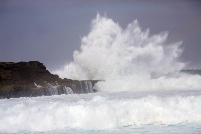 Vagues en mer turbulente, près d'île de Lembongan, l'Indonésie photo libre de droits