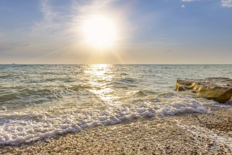 Vagues enroulant sur le Pebble Beach photos stock