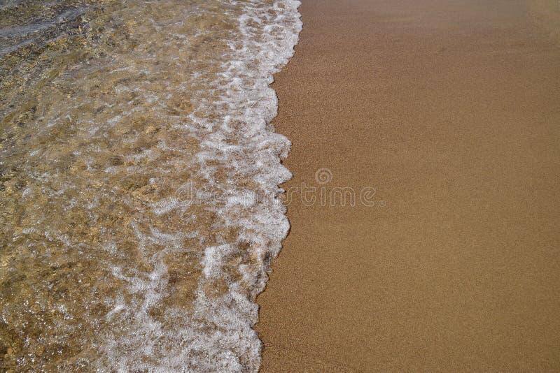 Download Vagues Enroulant Sur Le Rivage Arénacé Image stock - Image du littoral, côte: 77160853