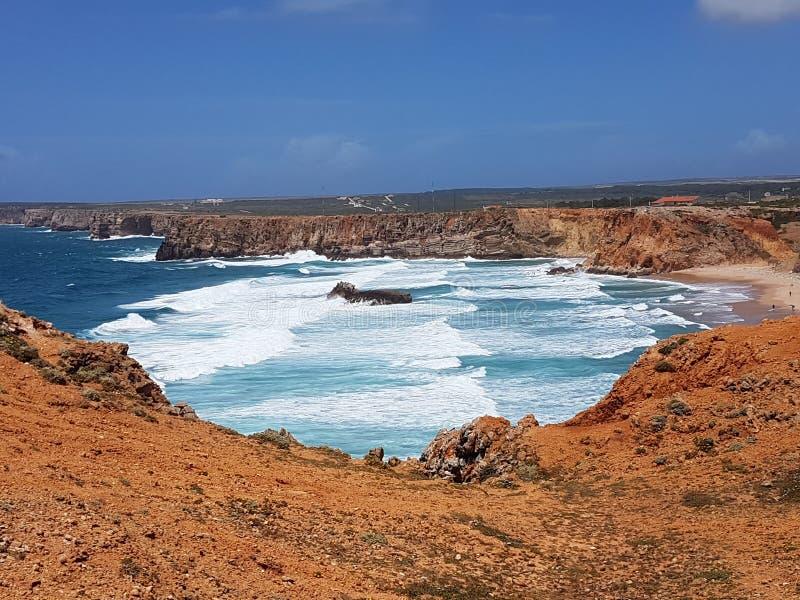 Vagues entrant dans la plage au Portugal photographie stock libre de droits