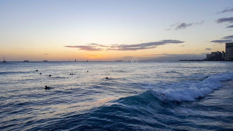 Vagues et coucher du soleil 2 de Waikiki photographie stock libre de droits