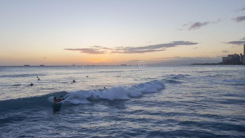 Vagues et coucher du soleil de Waikiki photographie stock libre de droits