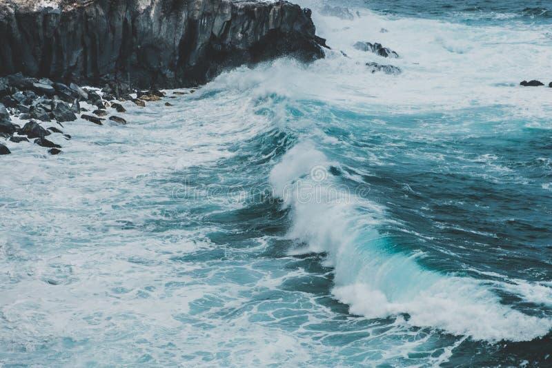 Vagues frappant coastling - falaise noire sur la côte d'océan - photos libres de droits
