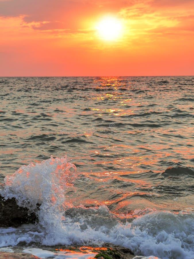 Vagues frappant les rivages rocheux au coucher du soleil photos libres de droits